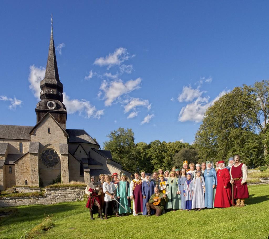 Teaterensemblen i Teater Tidlös samlade för skådepelet om Birger jarl i Varnhem 2010.