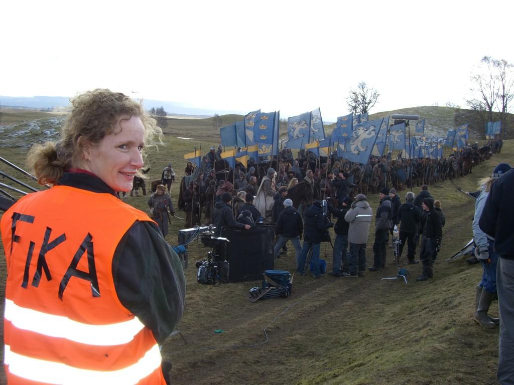 Eva Maria från Malma gård med inspelningens viktigaste uppgift.