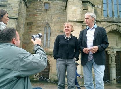 Scenograf Anna Asp och producent Walle Bergendahl framför Skara domkyrka. Peter Flith bakom kameran. Assistent My Lindberg skymtar till vänster.